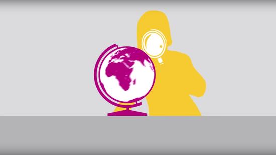 Frau untersucht Globus mit Lupe