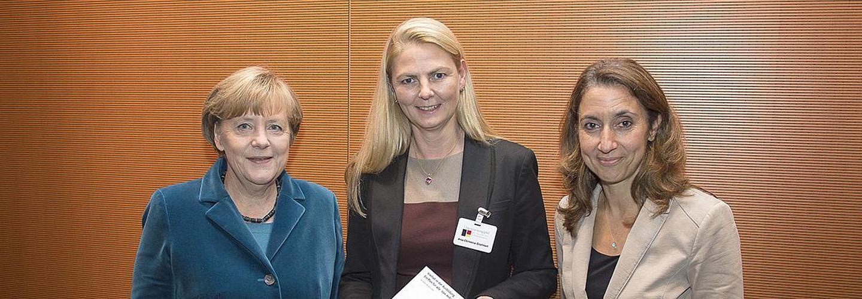 Frau Kanzlerin Merkel, Vorstandsmitglied der Charta der Vielfalt e.V. Ana-Cristina Grohnert und die Beauftragte für Frau Aydan Özoguz Beauftragte der Bundesregierung für Migration und Flüchtlinge.